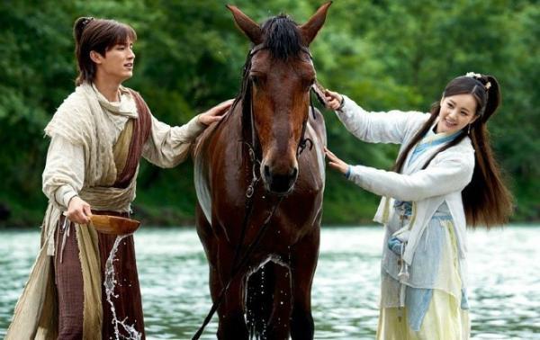 Cặp đôi được cho là phim giả tình thật. Trước đây, Châu Tấn và Lý Á Bằng cũng nên duyên sau khi hợp tác trong Anh hùng xạ điêu.