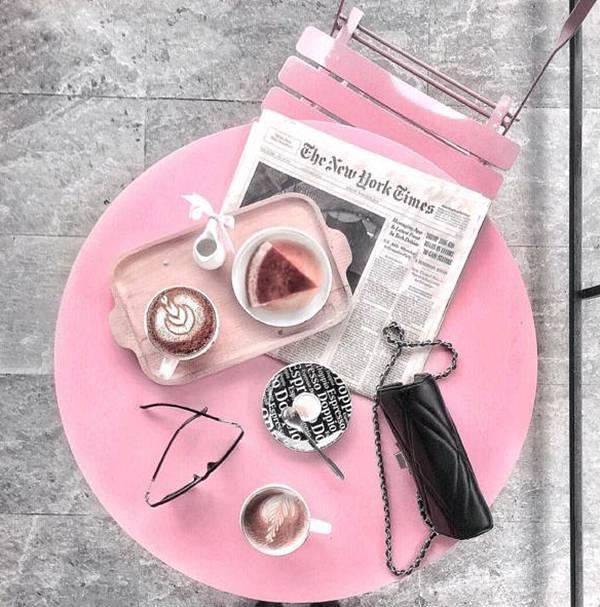 Màu hồng luôn là niềm cảm hứng chi phối mỗi bức hình flatlay.
