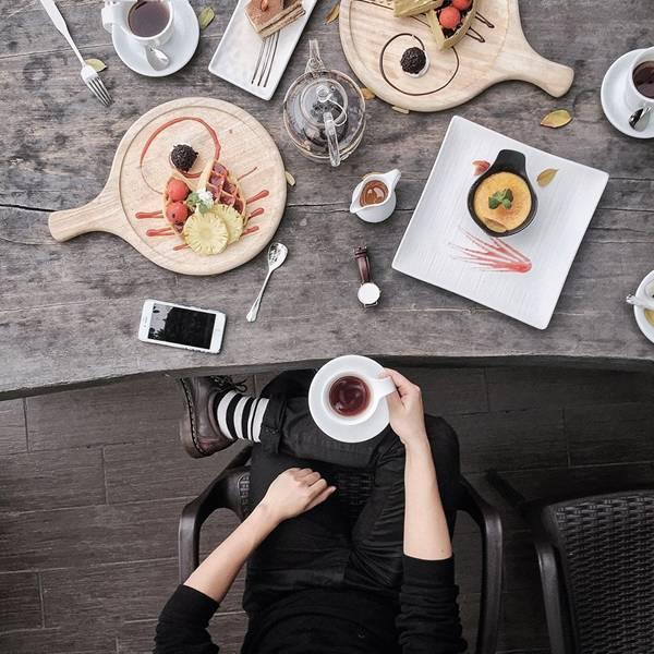 Những chiếc bàn gỗ là background quen thuộc trong mỗi tấm hình flatlay của anh bạn.
