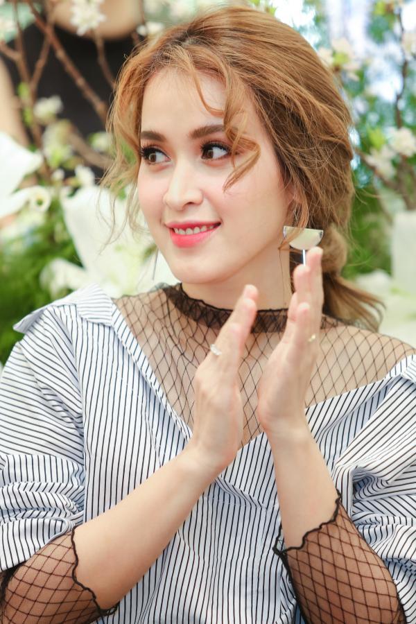 Đặc biệt phần tóc mái được uốn xoăn và làm rối bắt kịp xu hướng làm đẹp của các mỹ nhân Hàn Quốc hiện nay.
