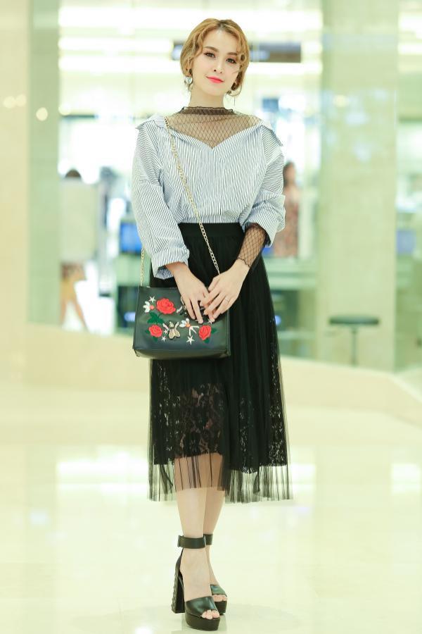 Chân váy ren xuyên thấu giúp người đẹp hoàn thiện về phong cách, tăng vẻ nữ tính.