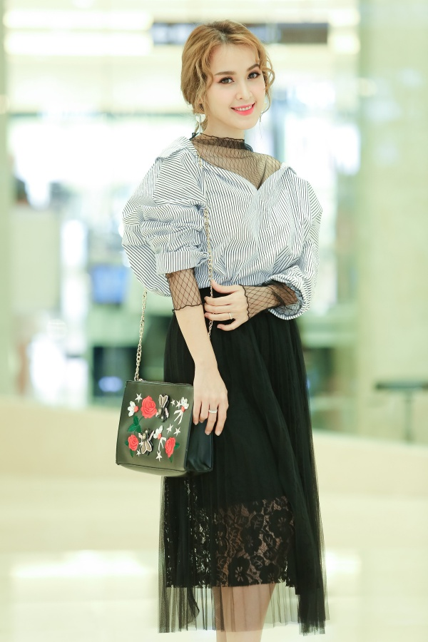 Là khách mời đặc biệt tại sự kiện vào ngày 8/4 ở TP.HCM, Tú Vi khoe vẻ đẹp gợi cảm trong trang phục kín đáo nhưng được phối khá tinh tế.