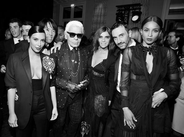 Những đặc quyền của họ khi trở thành một biên tập viên thời trang chính là được gặp gỡ và giao lưu với rất nhiều tên tuổi lớn nhỏ trên toàn thế giới. Trong hình là người đàn bà quyền lực Carine Roitfeld cùng nhà đại tài Karl Lagerfeld và cô nàng thị phi Kim Kardashian.