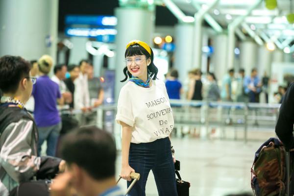 Người đẹp nổi bật ở sân bay khi diện quần jeans ống loe, áo thun rộng khỏe khoắn.