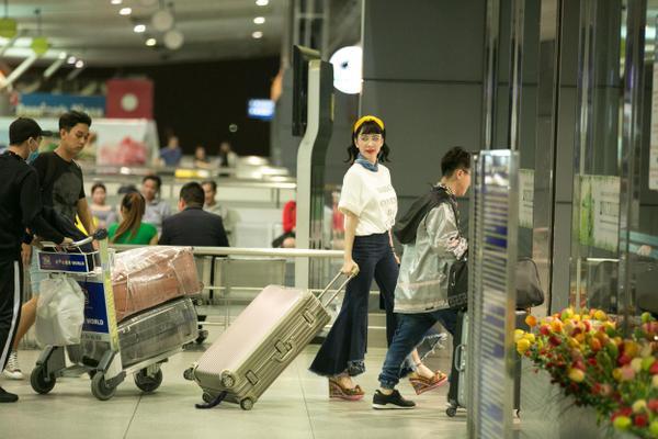 """Đây là lần """"xuất ngoại"""" đầu tiên của Angela Phương Trinh trong năm 2017. Trên trang cá nhân, cô cũng bày tỏ cảm giác hồi hộp khi chuẩn bị được ngắm hoa anh đào đang nở rộ tại Seoul."""