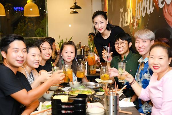 Buổi tiệc ấm áp với sự tham gia của đạo diễn Lý Minh Thắng, diễn viên Huỳnh Lập, Công Định… cùng các nhân viên đóng góp cho sự thành công của bộ phim.