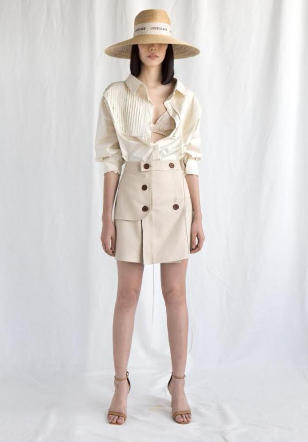 """Những mẫu trang phục đơn giản cũng sẽ giúp các cô nàng dễ dàng xuất hiện trong những ngày nắng nóng như """"thiêu đốt"""" thế này."""
