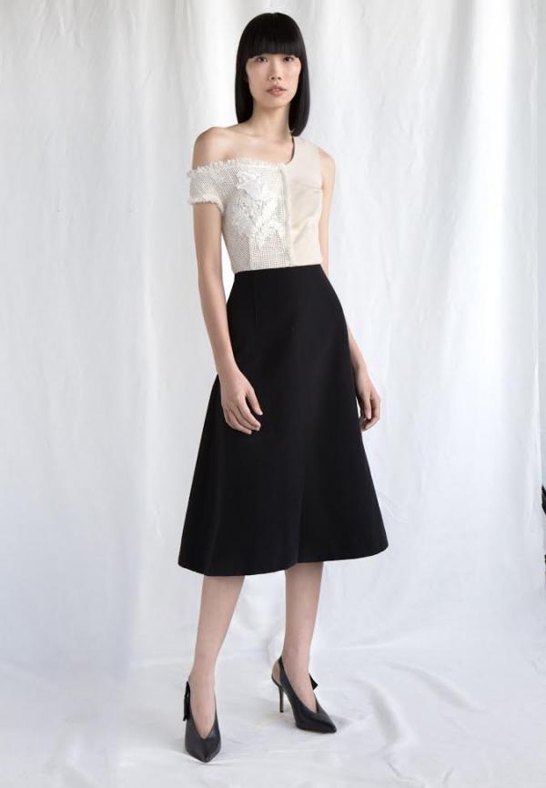 Đơn giản với chân váy cùng chiếc áo lệch vai cũng đủ khiến các nàng nổi bật khi xuất hiện rồi.