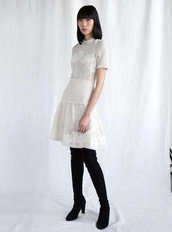 Phái nữcó nghĩ mình sẽ diện chiếc váy lưới cùng đôi boots cổ cao đầy cá tính?
