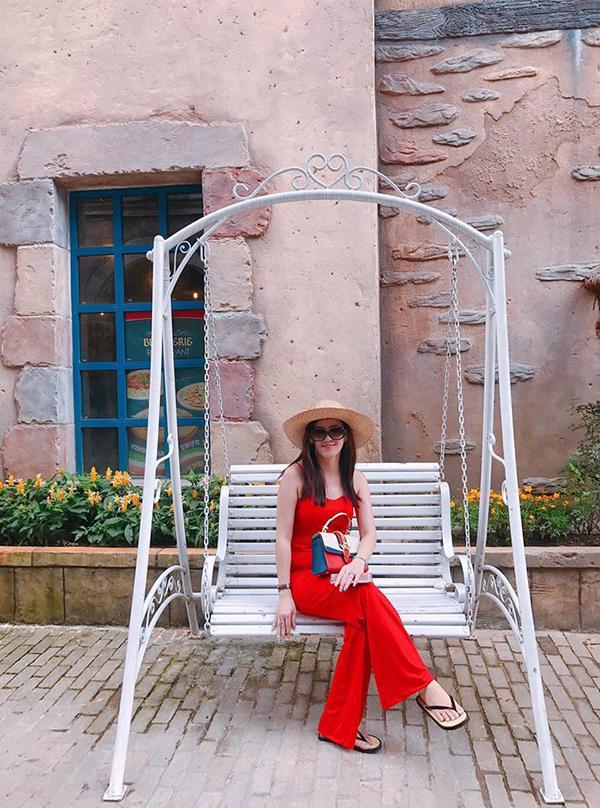 Mẹ của Angela Phương Trinh lại trẻ trung, nổi bật với bộ trang phục màu đỏ.