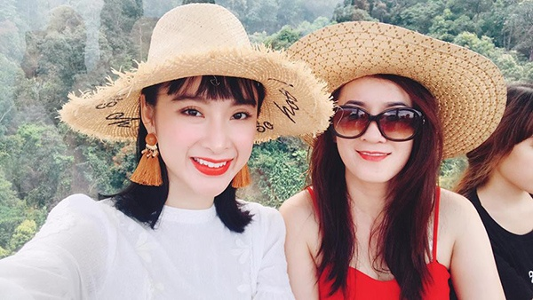 Nhìn nữ diễn viên chụp ảnh cùng mẹ hệt như hai chị em.