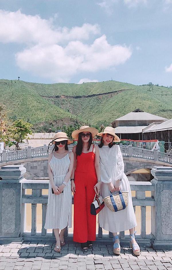 Angela Phương Trinh có những ngày nghỉ lễ bình yên bên mẹ và em gái.