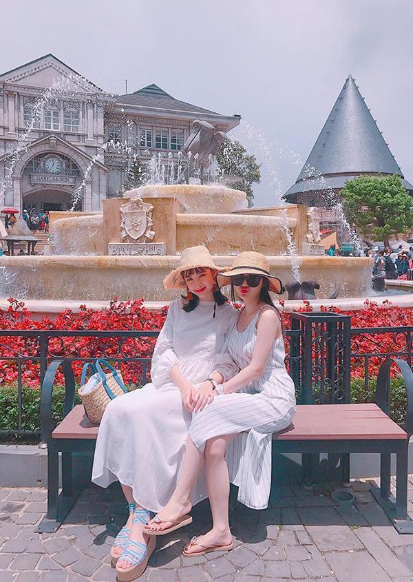 Hai chị em nữ diễn viên cùng diện váy trắng dịu dàng.