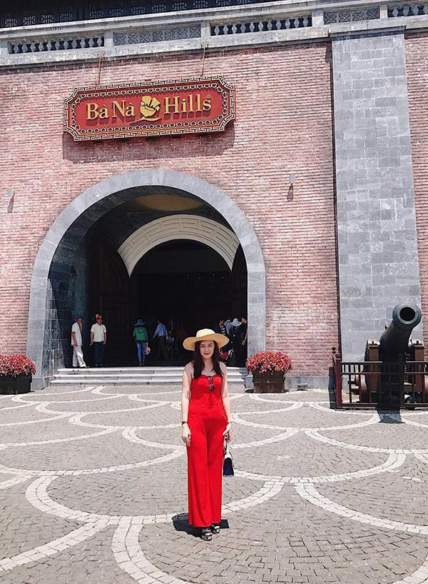 Không chỉ sở hữu phong cách sành điệu mà mẹ Angela Phương Trinh còn có thân hình thon gọn, nhỏ nhắn…
