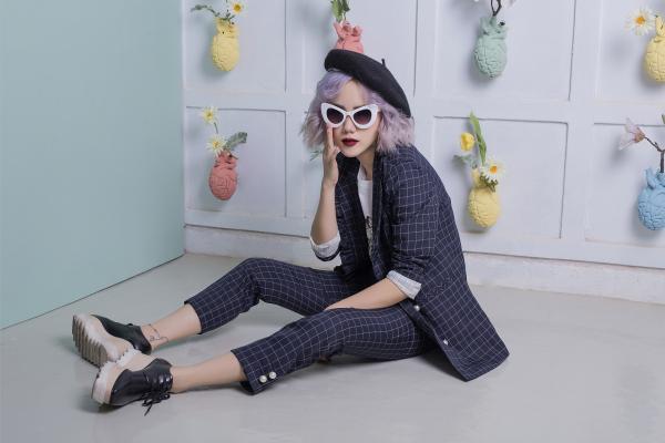 Có vẻ những bộ suit phá cách rất hợp với Phương Ly, phụ kiện kính mắt mèo Pop Colour cùng mũ nồi đều dễ dàng xuất hiện với chủ đề này!