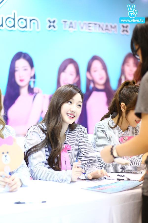 Nhóm Gugudan dành thời gian ký tặng fan Việt. Sự thân thiện và gần gũi của các cô gái chiếm trọn tình cảm của người hâm mộ.