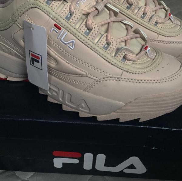 Đôi giày với thiết kế khá chắc chắn với phần đế cao hơn bình thường một chút nhưng không hề đem lại cảm giác thô kệch.
