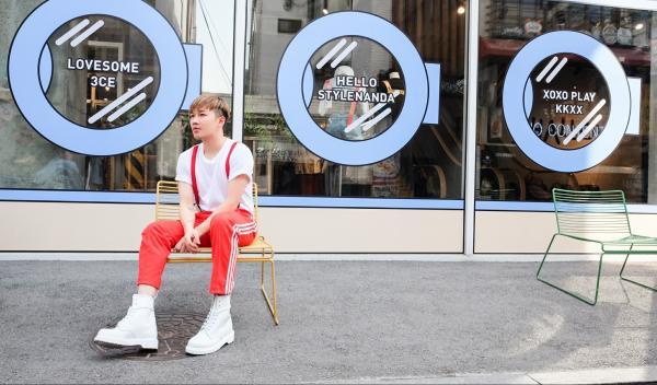 Anh chàng Lê Minh Ngọc cũng mang đến các chàng trai bộ trang phục đậm chất mùa hè với phong các sporty năng động khi diện quần kẻ sọc màu sắc, áo phông trắng đơn giản cùng mẫu boots cực sành điệu.