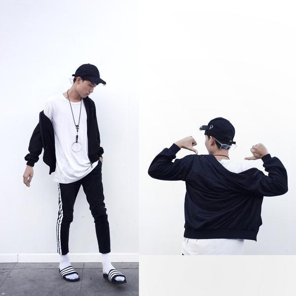 Stylist Duy Dương mang đậm phong cách sporty với quần thể thao 3 sọc trứ danh, áo khoác và một đôi dép lê – hot trend được rất nhiều các tín đồ thời trang trên thế giới lăng xê.