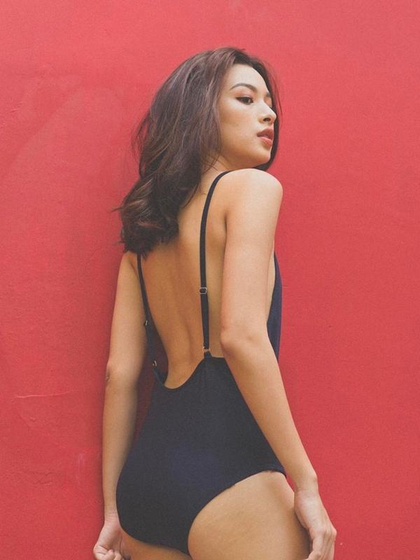 Top 10 The Face online khoe vóc dáng nhỏ nhắn không kém phần quyến rũ trong trang phục monokini gam màu đen tối giản.