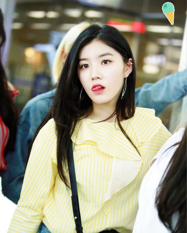 Ngoài gam màu cơ bản dịu nhẹ như xanh trắng thì chiếc sơ mi kiểu sọc vàng nhấn nhá lớp bèo điệu đà khiến Xi Yeon ( Pristin ) vô cùng xinh xắn và nổi bật.