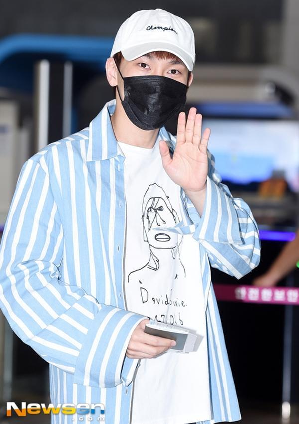 Thành viên của Btob cũng chọn cho mình chiếc sơ mi sọc xanh nhạt khoác ngoài áo thun tại sân bay chuẩn bị chuyến đi sang Nhật.