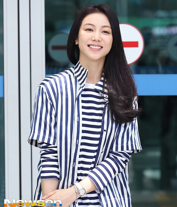 Nữ diễn viên Cô dâu Hà Nội - Kim Ok Bin lại phá cách hơn khi diện bên trong sweater sọc ngang phối cùng chiếc sơ mi dáng dài kẻ dọc bên ngoài.