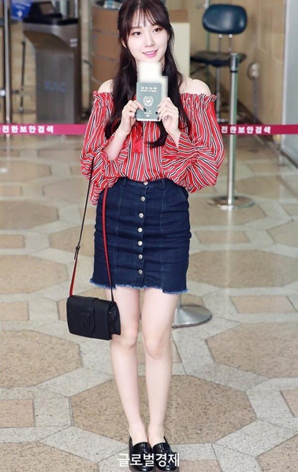 ROA xinh xắn với chiếc áo bèo kẻ sọc màu đỏ phối đen nổi bật, mốt hở vai đang là xu hướng rất được các cô nàng yêu thích hè này. Chỉ cần kết hợp với chân váy denim cũng đủ nổi bật.
