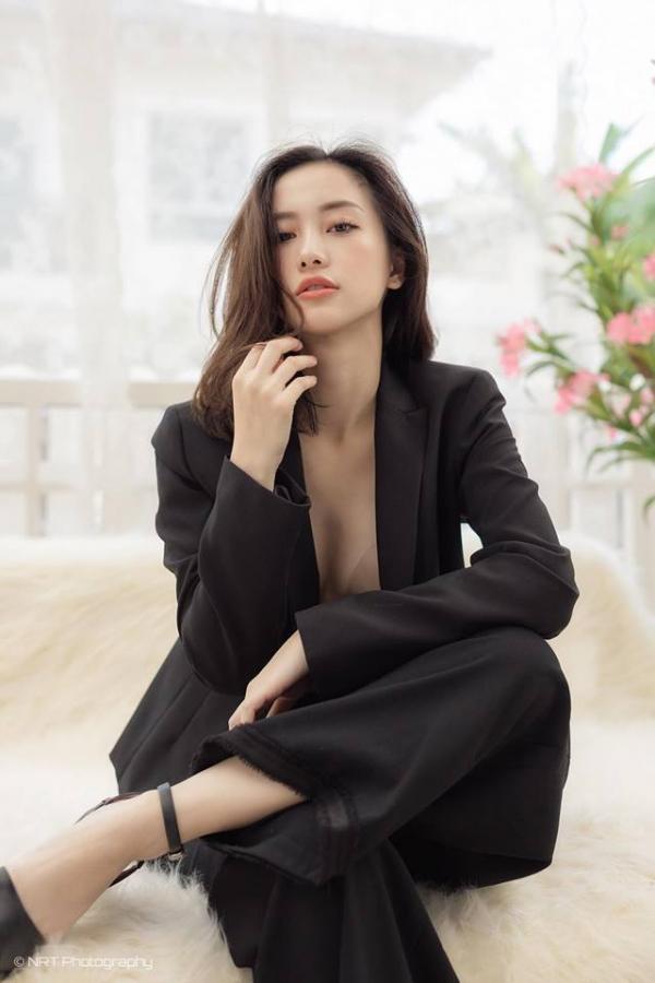 Jun Vũ của thì hiện tại vừa xinh đẹp đa tài lại quyến rũ hơn rất nhiều. Có lẽ dù là với phong cách nào đi nữa thì cô cũng để lại trong lòng mọi người một hình ảnh cô bé trà sữa xinh xắn thuần khiết không lẫn vào đâu được.