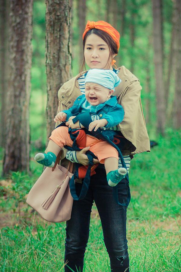 """Sự tung hứng của cô cùng """"ông hoàng võ thuật"""" Johnny Trí Nguyễn và em bé siêu đáng yêu đã tạo nên một bộ ba bá đạo trên chuyến hành trình cười ra nước mắt."""