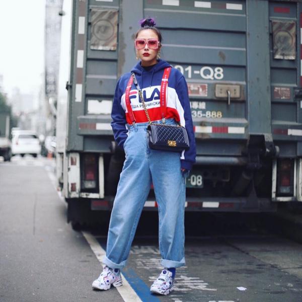 Một sự sáng tạo khó tin khi FILA được cô nàng đặt cạnh chiếc túi sang chảnh như Chanel cũng quá ư là phù hợp. Hãy ngăm nhìn và học hỏi đi thôi các tín đồ streetwear!