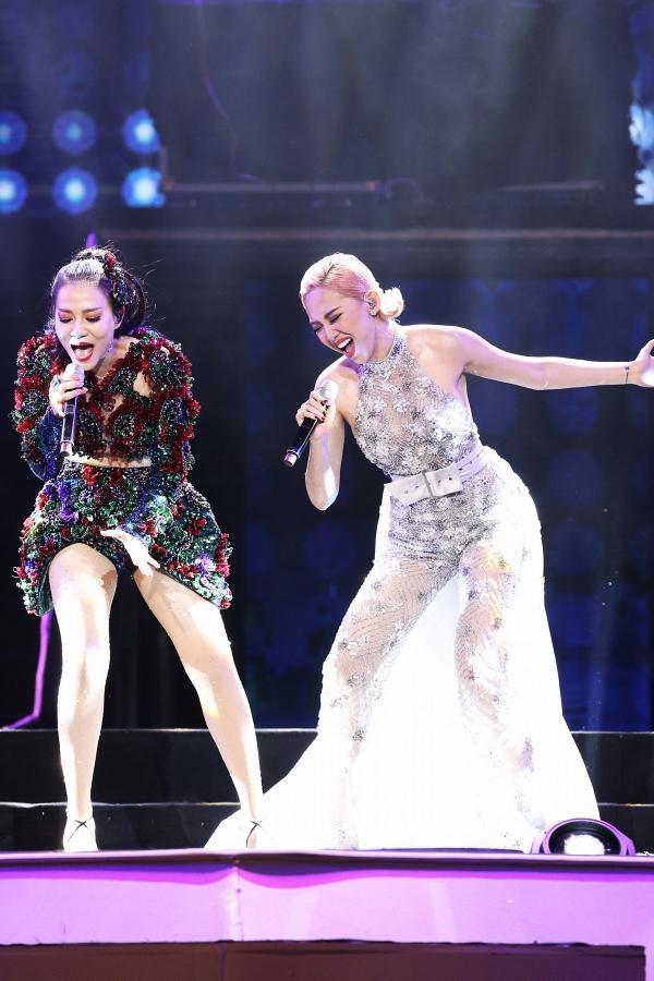 Tại liveshow, Tóc Tiên thể hiện ca khúc Ngày mai và song ca cùng Thu Minh ca khúc Giọt sương trên mí mắt.