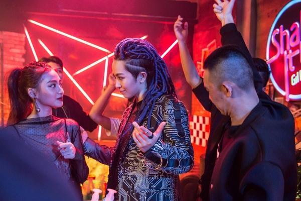 Hình ảnh Gil Lê có phần nổi loạn trong MV mới.