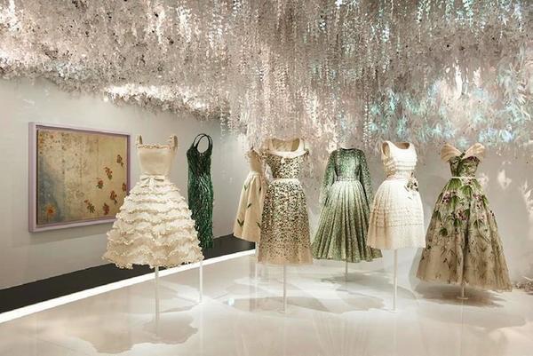 Các bộ trang phục được thiết kế từ năm 1947 cho đến hiện tại đều đang được trình diễn và trưng bày tại triển lãm.