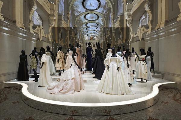 Trong không gian vô cùng lãng mạn, đậm chất thơ của bảo tàngMusée des Arts Décoratifs, các kiệt tác haute couture như càng trở nên toả sáng, đẹp lộng lẫy hơn.