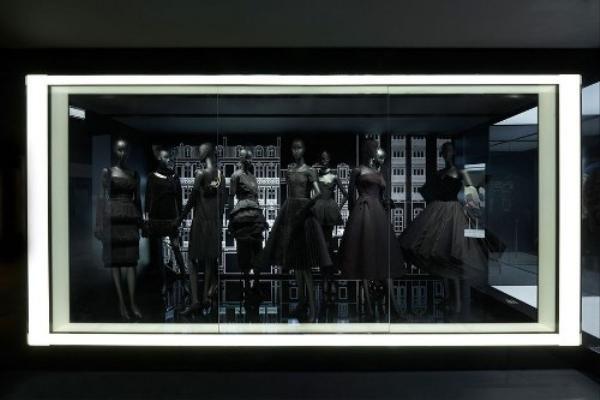 Ngoài các sáng tạo trong váy áo, Dior còn có những dòng phụ kiện và nước hoa đi vào lòng giới mộ điệu thời trang như Miss Dior, J'adore…