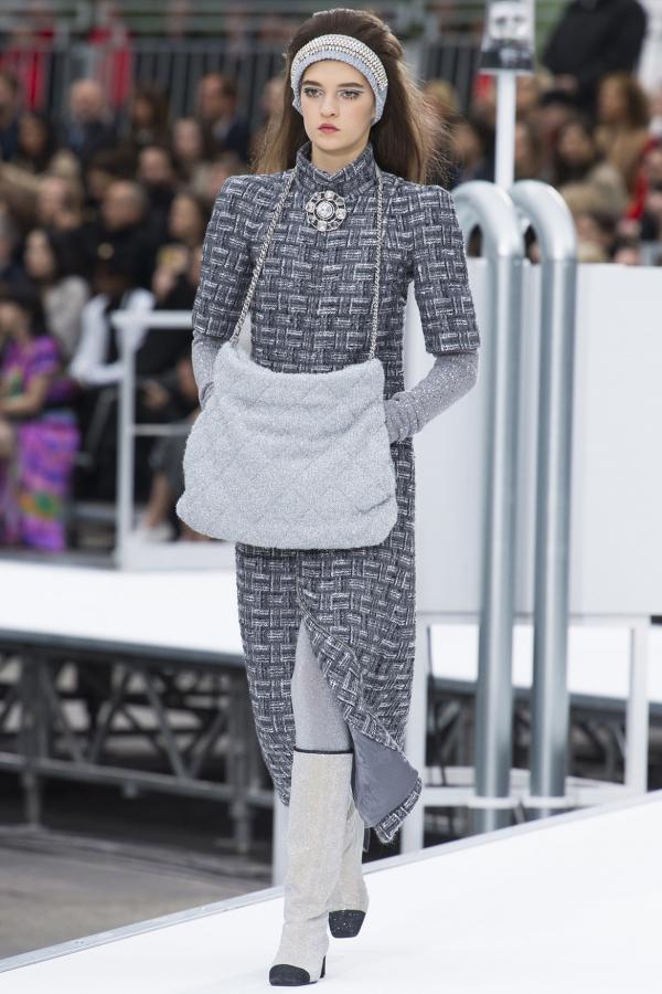 Những thiết kế mang hơi thở tương lai được Chanel đem vào BST Mùa Thu 2017 với những điểm nhấn nổi bật từ chát liệu và phụ kiện ánh kim cao cấp.