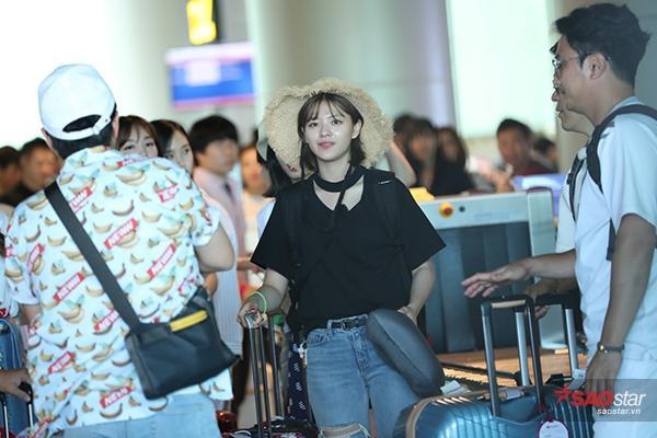 Jungyeon rạng rỡ khi vừa đặt chân đến Việt Nam.