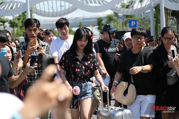 Trưởng nhóm Jihyo xuất hiện rạng ngời sau chuyến bay.
