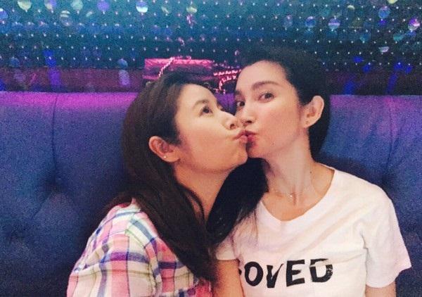 Cả hai trao nhau nụ hôn thân thiết, khẳng định tình bạn nhiều năm.