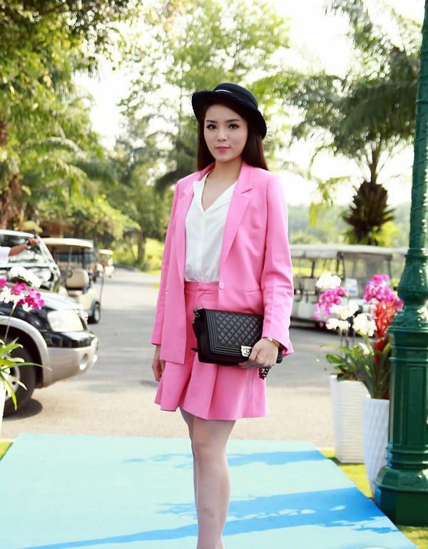 Mặc dù đã tinh ý mix chiếc túi xách hiệu Chanel và mũ fedora, nhưng cũng không thể cứu vãn bộ vest hồng sến sẩm không phù hợp với Kỳ Duyên khi cô dự sự kiện sau đăng quang vài tháng. Đây là minh chứng của việc không phải cứ đắp đồ hiệu lên người là đẹp.