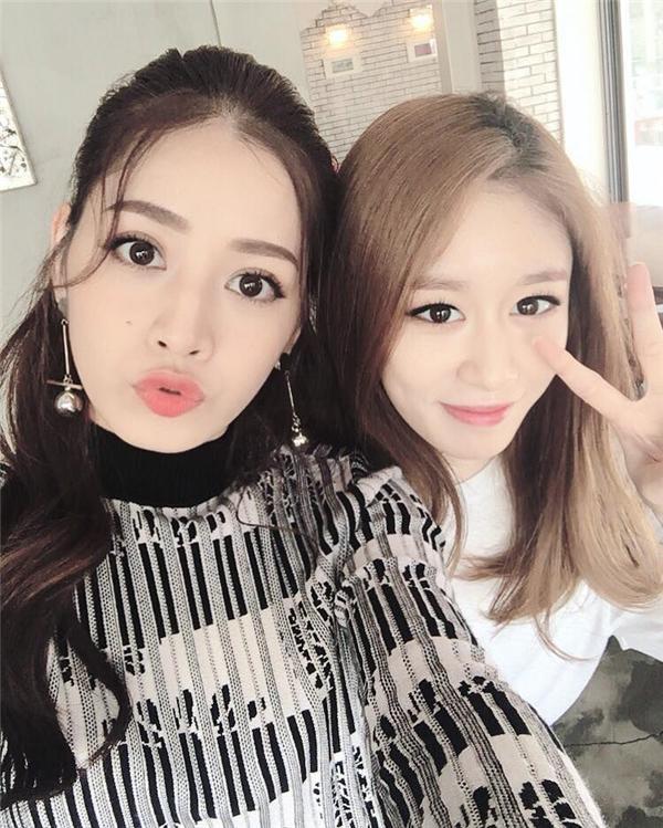 """Ngày 6/10/2016, trong chuyến công tác tại Hàn Quốc, Chi Pu khiến người hâm mộ Việt """"choáng váng"""" khi được Á hậu Hàn Quốc 2014 Lee Sarah đích thân ra sân bay đón tiếp. Không dừng lại ở đó, nữ diễn viên sinh năm 1993 tiếp tục gây bất ngờ khi tung clip livestream thân mật cùng Jiyeon – thành viên nhóm nhạc T-ara, Hàn Quốc."""