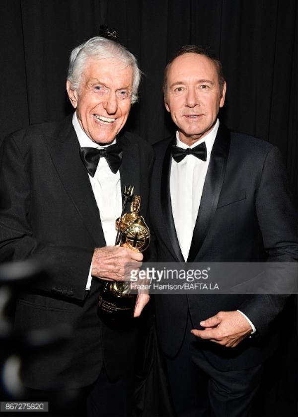 Dick Van Dyke (bên trái).