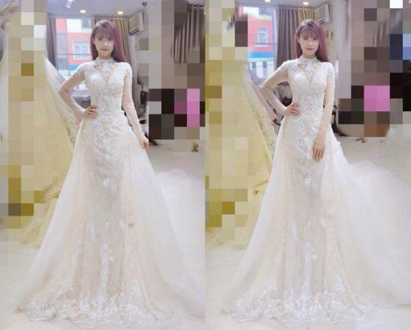 Khởi My trong buổi thử váy cưới.