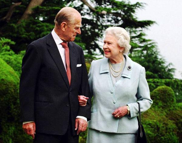 """Chuyện tình của Nữ hoàng Elizabeth được ví như """"cọc đi tìm trâu""""."""