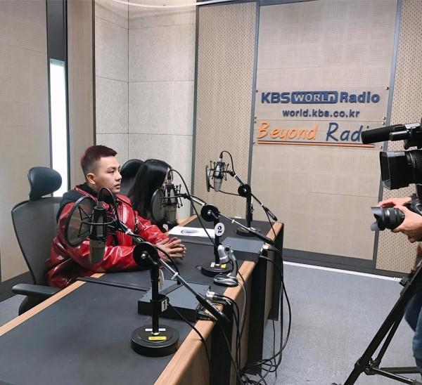 Duy Khánh trong buổi phỏng vấn ghi hình cùng nhà đài KBS.
