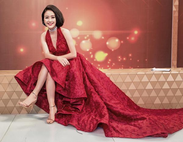 MC Phí Linh hiểu rõ Quý Bình dù muốn cho Trường Giang nói thêm thì máy quay vẫn không thể bắt hình.