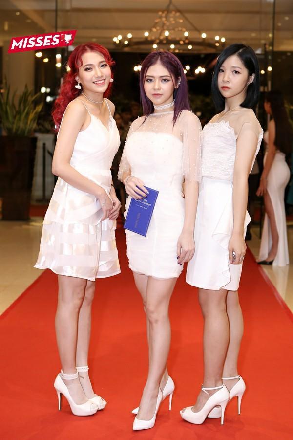 Nhóm nhạc Lime lại lựa chọn 3 chiếc váy trắng đính ren khi tham dự sự kiện. Tuy không quá xấu, nhưng trang phục có phần nhạt nhoà, kém sang trọng cùng đường may còn ẩu, nhăn nhúm đã khiến các cô nàng bị mất điểm trong mắt công chúng.