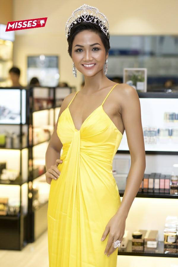 Màu vàng tuy giúp tôn lên làn da rám nắng của tân Hoa hậu Hoàn vũ Việt Nam 2017 - H'Hen Niê, song thiết kế không mấy nổi bật. Thậm chí có phần sến sẩm từ kiểu dáng đến chất liệu khiến người đẹp phải nhận điểm trừ trong mắt khán giả.