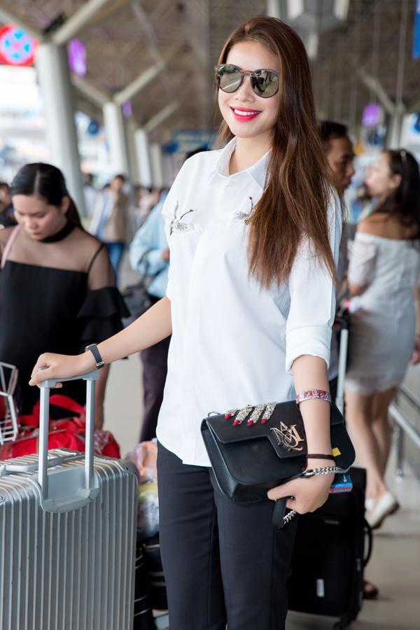 Qủa là biết lựa chọn trang phục phù hợp hoàn cảnh, nếu thời trang thảm đỏ lộng lẫy bấy nhiêu thì có thể thấy Phạm Hương tiết chế thời trâng sân bay bấy nhiêu. Tù kiểu tóc đến trang phục đều đơn giản nhất có thể.